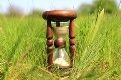 Sanduhr im Gras Lizenzfreies Stockfoto