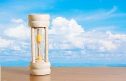 Sanduhr mit Himmelhintergrund Stockfotos