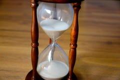 Sanduhr, Uhr vor hölzernem Hintergrund mit Kopienraum Lizenzfreies Stockbild