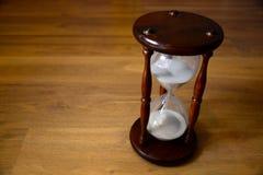 Sanduhr, Uhr vor hölzernem Hintergrund mit Kopienraum Abschluss oben Lizenzfreie Stockfotografie