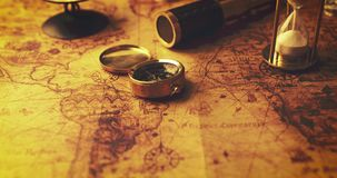 Sanduhr und alte Navigationseinzelteile auf Karte der Alten Welt stock footage