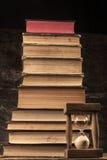 Sanduhr-und Buch-Stapel Lizenzfreies Stockfoto
