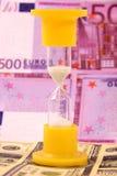 Sanduhr und Geld Stockfoto