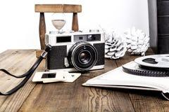 Sanduhr und Kamera Lizenzfreie Stockfotos