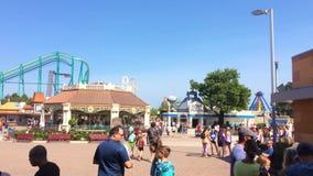 Sandusky, oh - circa im Juni 2018 - Überholspurbereich durch Cedar Point-Vergnügungsparkeingang stock video