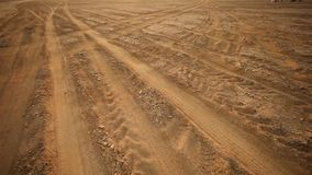 Sandväg i öknen stock video