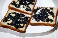 Sandvich用黑鱼子酱和黄油 库存图片