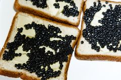Sandvich用黑鱼子酱和黄油 免版税库存图片