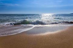 Sandwüstestrand und blauer Himmel nach Sonnenaufgang und Spritzen des Meerwassers Lizenzfreie Stockfotografie