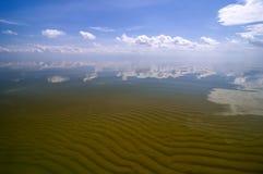 Sandwaves et eau en cristal de baie de Curonian Images stock