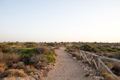 Sandweg mit Zaun rechts Lizenzfreie Stockbilder