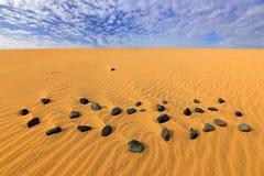 Sandwellen in der wilden Natur Dunas Maspalomas, Gran Canaria, Spanien Mit gelbem Sand Versanden Sie Wüste mit schönem seltenem b stockfotografie