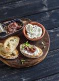 Sandwich à anchois et à fromage de chèvre sur le conseil en bois rustique Images libres de droits