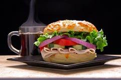 Sandwich à bagel avec du café photographie stock libre de droits