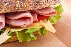 Sandwich à blé entier avec de la laitue, tomates, jambon image libre de droits