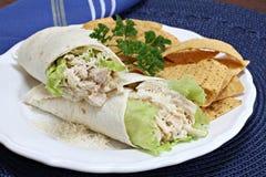 Sandwich à Caesar Wrap de poulet avec des puces de tortilla Photographie stock