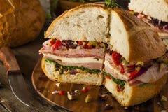 Sandwich à Cajun Muffaletta avec de la viande et le fromage images libres de droits