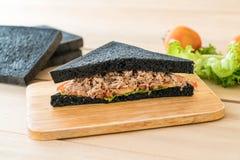 sandwich à charbon de bois de thon Photos stock