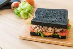 sandwich à charbon de bois de thon Image stock