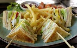 Sandwich à club avec des fritures Photographie stock