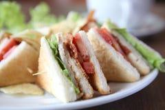 Sandwich à club avec du café Photo libre de droits