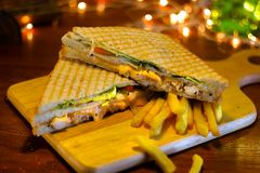 Sandwich à club de poulet avec des pommes frites photographie stock