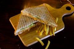 Sandwich à club de poulet avec des pommes frites images libres de droits