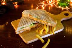 Sandwich à club de poulet avec des pommes frites photographie stock libre de droits