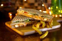 Sandwich à club de poulet avec des pommes frites image stock