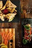 Sandwich à club, salade de Caprese et saumons traités Images libres de droits