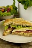 Sandwich à club savoureux frais avec du fromage et le jambon sur la table Photo stock