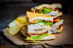 Sandwich à club sur le fond en bois rustique Images libres de droits