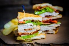 Sandwich à club sur le fond en bois rustique Photographie stock libre de droits