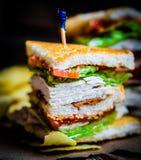 Sandwich à club sur le fond en bois rustique Photos stock