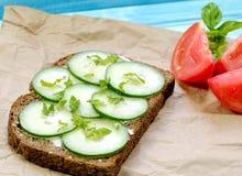Sandwich à concombre avec la tomate et la menthe et le basilic Photographie stock libre de droits