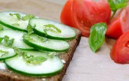 Sandwich à concombre avec la tomate et la menthe et le basilic Images stock