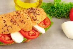 Sandwich à croissant avec du mozzarella et la tomate de laitue Casse-croûte sain image stock