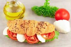 Sandwich à croissant avec du mozzarella et la tomate de laitue Casse-croûte sain images stock