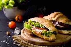 Sandwich à croissant avec les saumons salés Image stock