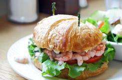 Sandwich à croissant de crevette de compartiment Photographie stock