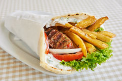 Sandwich à enveloppe de poulet ou de porc photographie stock libre de droits