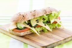 Sandwich à forme physique avec l'avocat et le fromage et le café noir Photos libres de droits