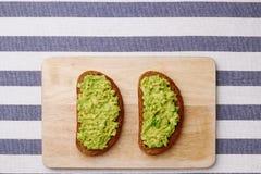 Sandwich à guacamole sur le fond clair sandwichs à avocat sur la vue supérieure de conseil en bois et de textile photos libres de droits