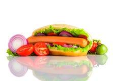 Sandwich à hot-dog avec des légumes sur le fond blanc Photo stock