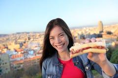 Sandwich à Jamon Serrano - femme mangeant à Barcelone Photos libres de droits