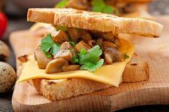 Sandwich à pain grillé avec le champignon Photo libre de droits