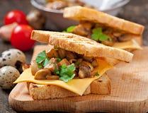 Sandwich à pain grillé avec le champignon Photos stock