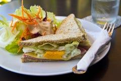 Sandwich à petit déjeuner, à club et salade Photographie stock