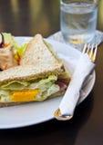 Sandwich à petit déjeuner, à club et salade Images libres de droits