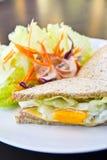 Sandwich à petit déjeuner, à club et salade Image libre de droits